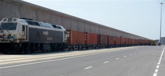 imagen del ferrocarril entrando al puerto