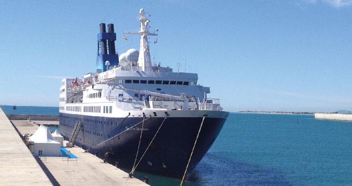 2013_04_03_portcastell recibe el primer crucero del ao con turistas britnicos y australianos