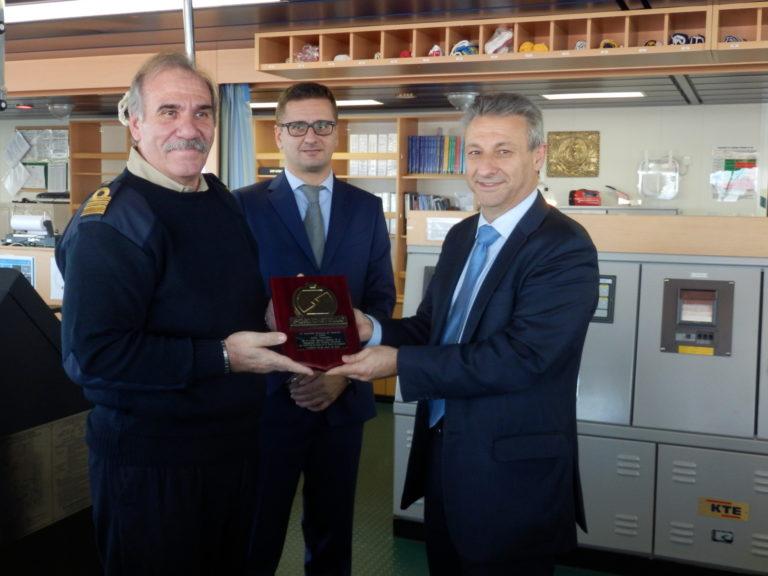 El presidente de la Autoridad Portuaria de Castellón entrega una metopa al Jolly Vanadio