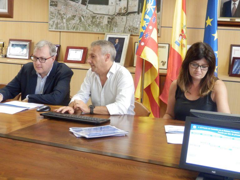 Andreu Ferrer, secretario de Presidencia de la Generalitat Valenciana, firma en el libro de honor de PortCastelló