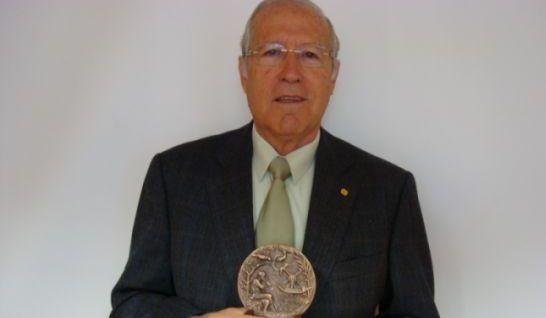 medalla-de-oro-al-mrito-profesional